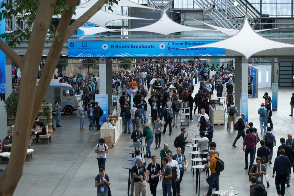 KubeCon 2018 - crowd in the hallway